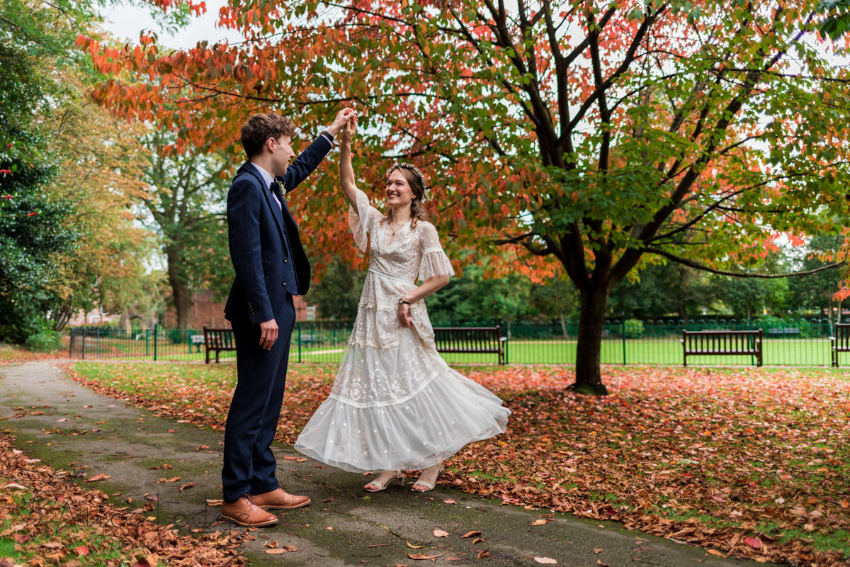 wedding couple in autumnal York park